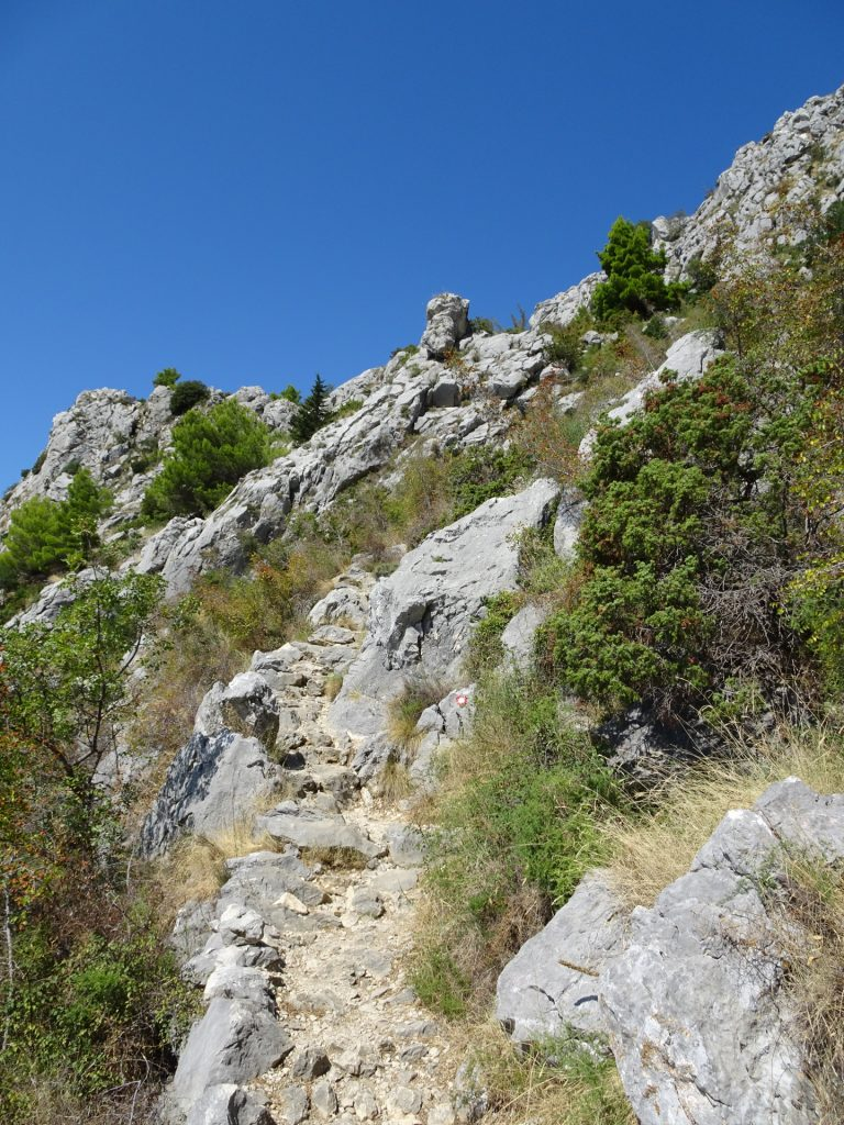 Steep, sun-exposed trail towards the Fortress