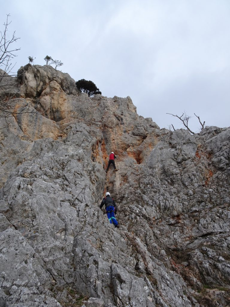 Hannes tries the crux (overhanging, E), Herbert follows
