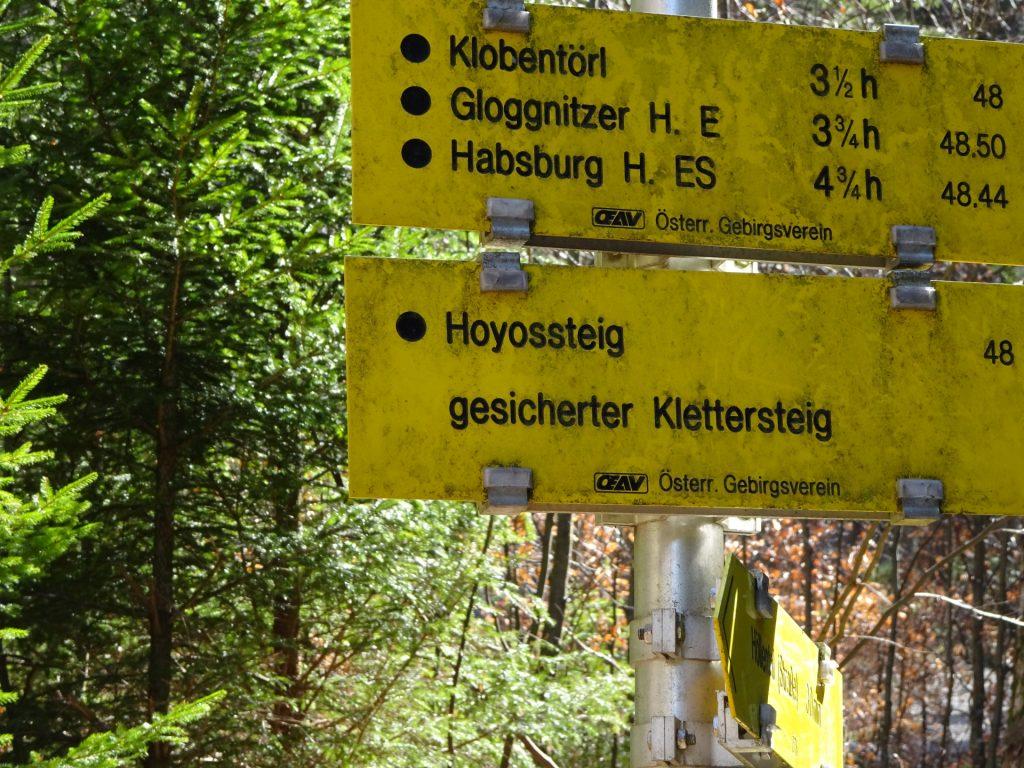 Signpost towards Hoyosteig