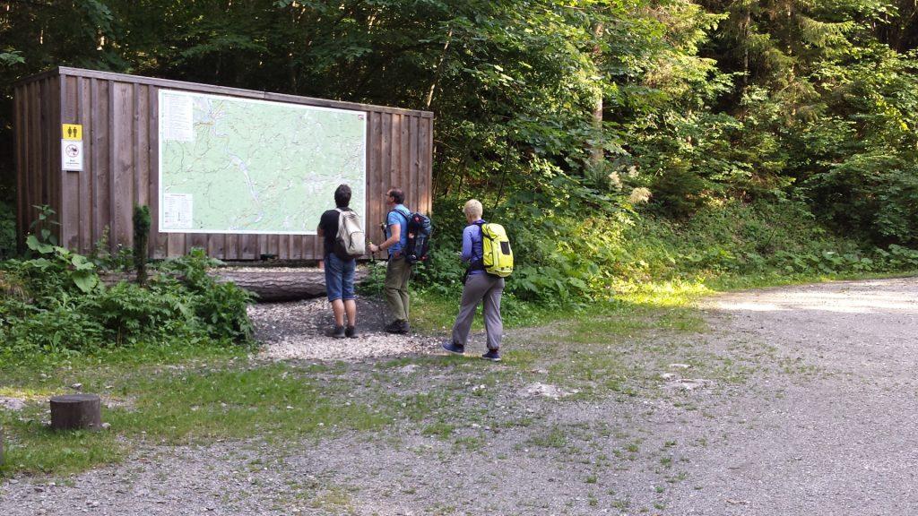 Robert, Hannes and Nadja studying the map at the entrance of Bärenschützklamm / end of Prügelweg