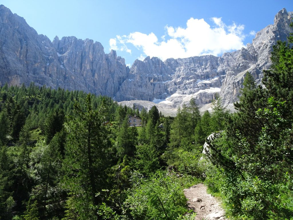 "The ""Rifugio Vandelli"" hut next to the ""Sorapis lake"" (Largo del Sorapis)"