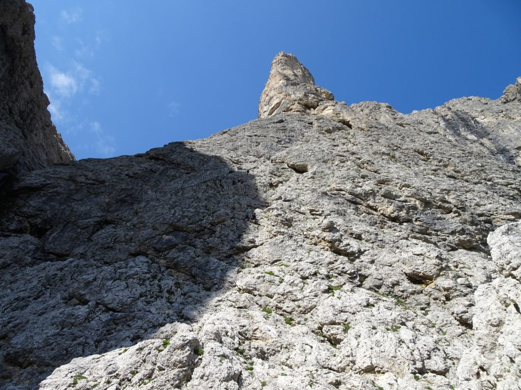 The via ferrata after the rest area (B/C), with the slightly overhanging iron rungs and the exposed traverse