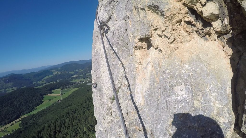 GV-Steig (Crux): at the slippery and exposed traverse (C). The saving rung is still far away!