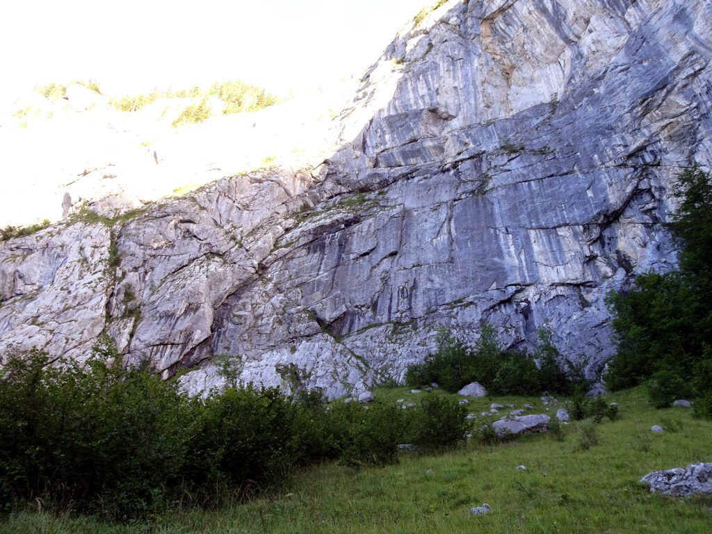 Along impressive cliffs