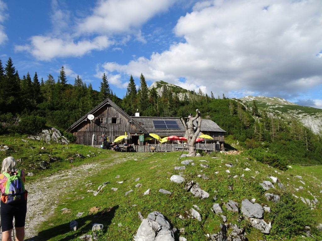 """Short break at the """"Häuslalm"""" before the descent"""