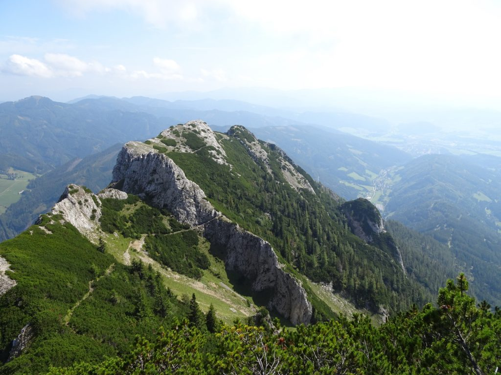 """View back on the trail (towards """"Vordernberger Mauer"""" and """"Fahnenköpfl"""")"""