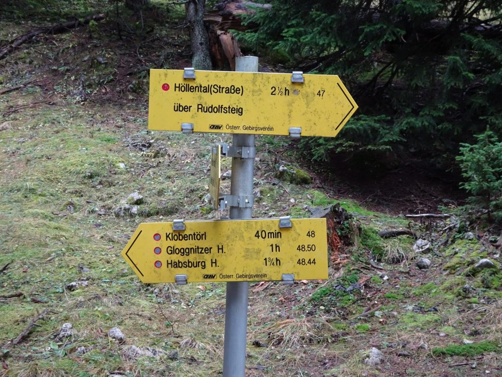 """At the crossing: Turn left and follow the trail towards """"Klobentörl"""""""