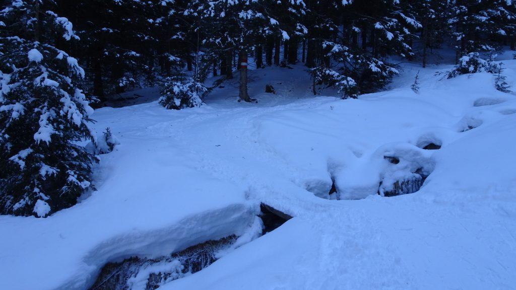 Cross here the small river via a small bridge